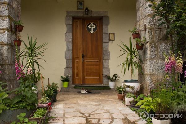 Дверь в домик монахов